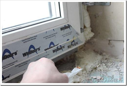 Дует из щели между окном и подоконником