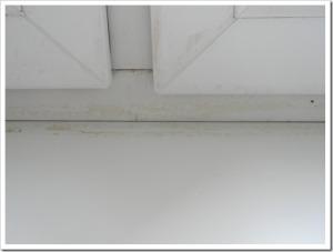 Причины образования щелей между окном и подоконником