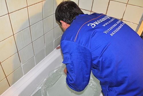 Как приклеить уголок в ванной