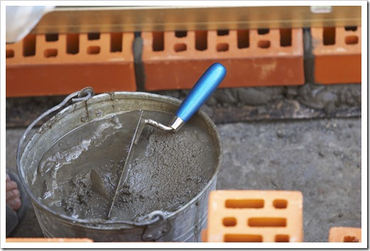 Смешиваем ингредиенты в бетономешалке