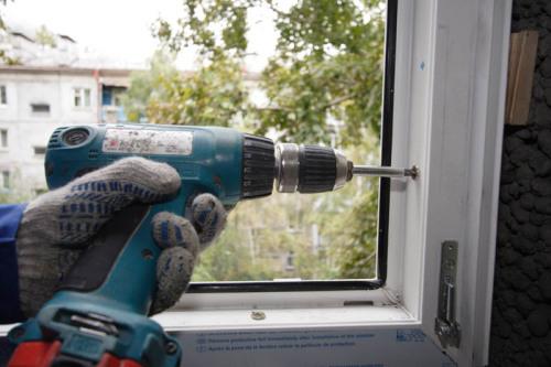 как крепить пластиковое окно