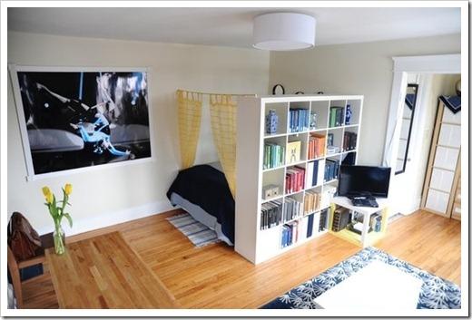 В двухкомнатной квартире проживает два человека