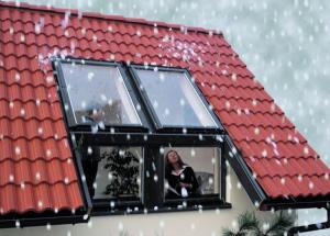 Как чистить от снега мансардные окна