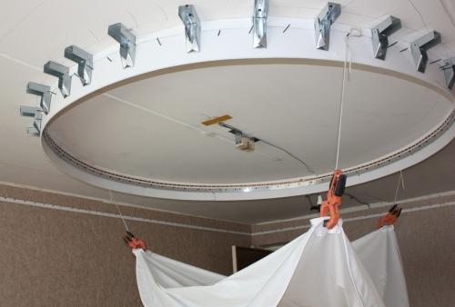 Как натягивают двухуровневые натяжные потолки