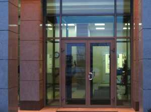 Виды и характеристики алюминиевых дверей